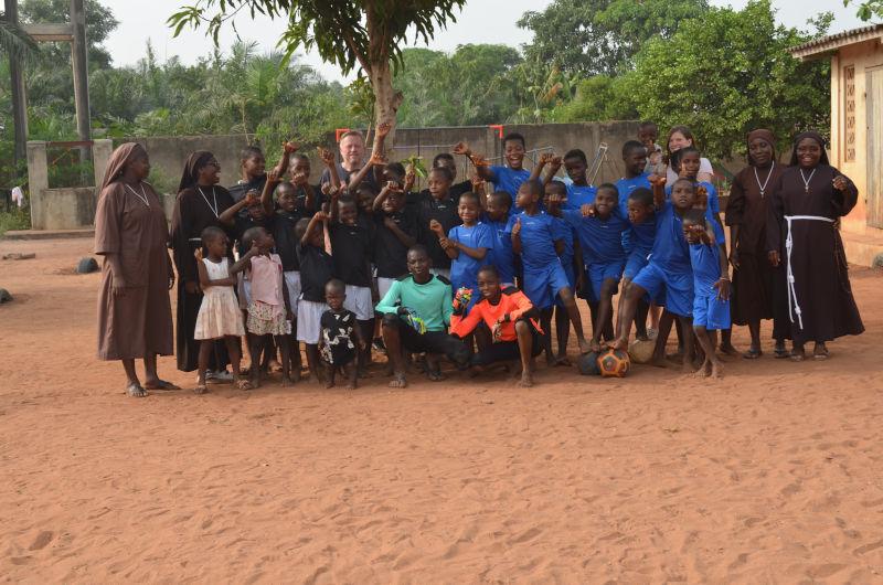 Fußballmannschaft des Waisenhauses mit Ordensschwestern