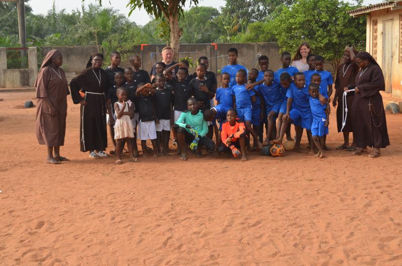 Sußballmannschaft des Waisenhauses St. Nikolas mit Ordensschwestern