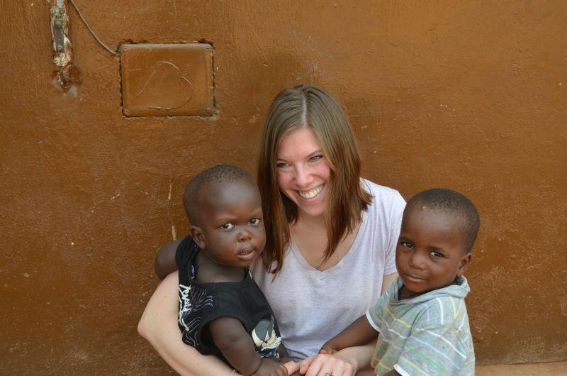Kinder mit Besucherin