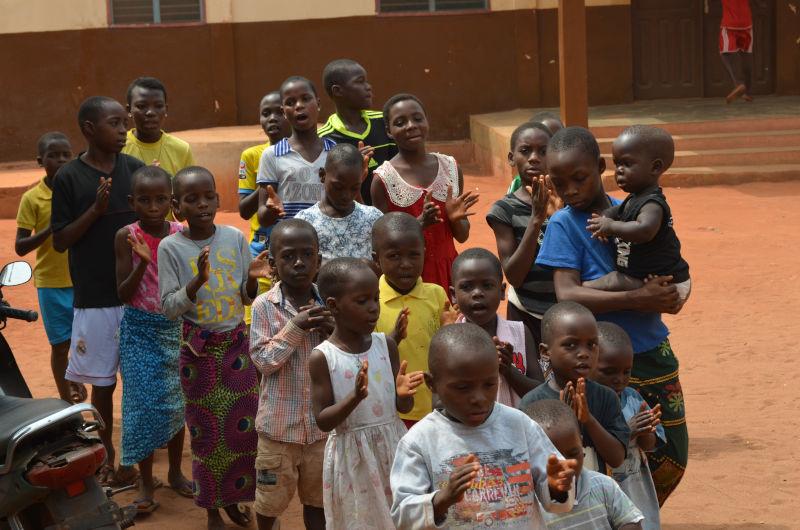 Klatschende Kinder bei Spiel und Spaß in Benin