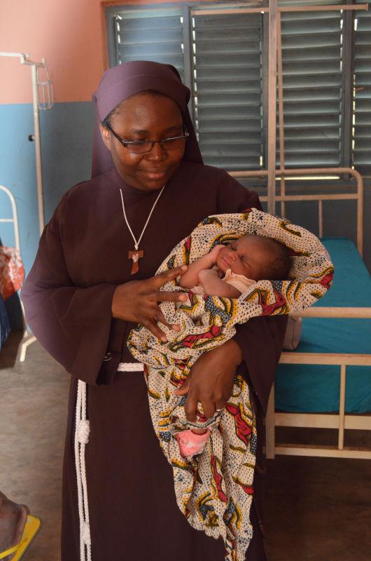 Krankenschwester mit Neugeborenem
