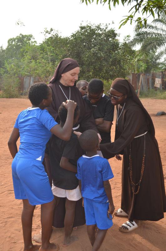 Ordensschwestern mit dem Fußballteam